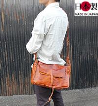軽さが魅力の絞り加工アンティーク横型ショルダーバッグ(馬革)