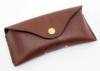 シンプルなデザイン、マグネット留めのメガネケース(牛革)小